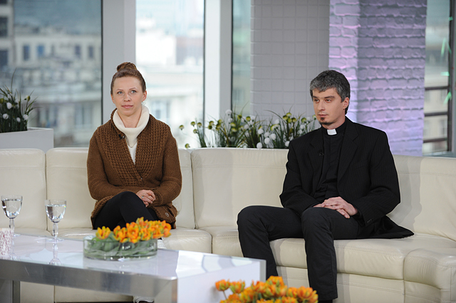 Anna Golędzinowska i ksiądz Marcin Romanowski